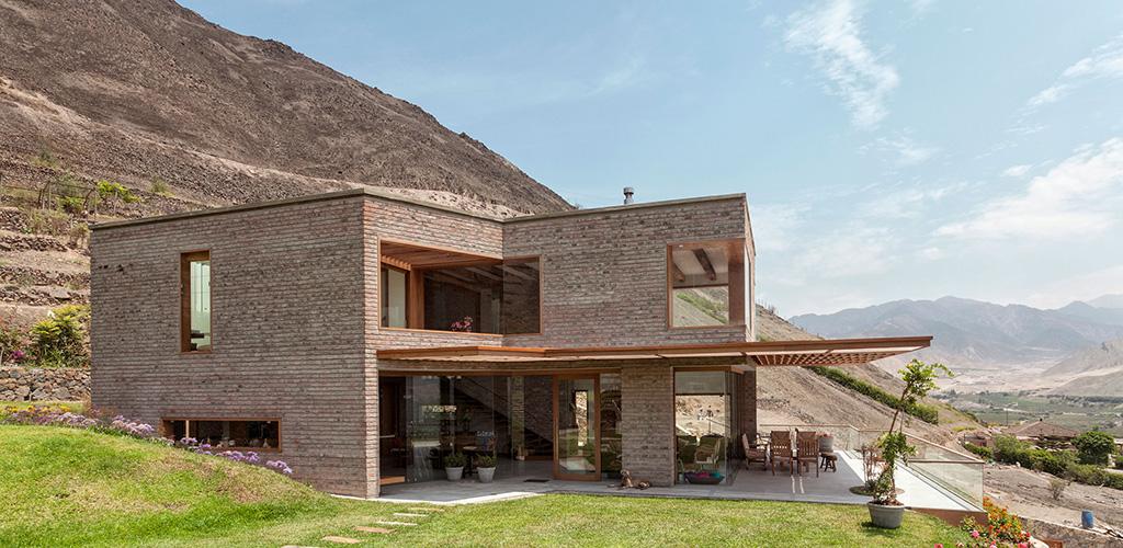 El concepto arquitectónico buscó integrar la casa con el valle de Azpitia. The architectural concept seek to integrate the house with Azpitia valley.