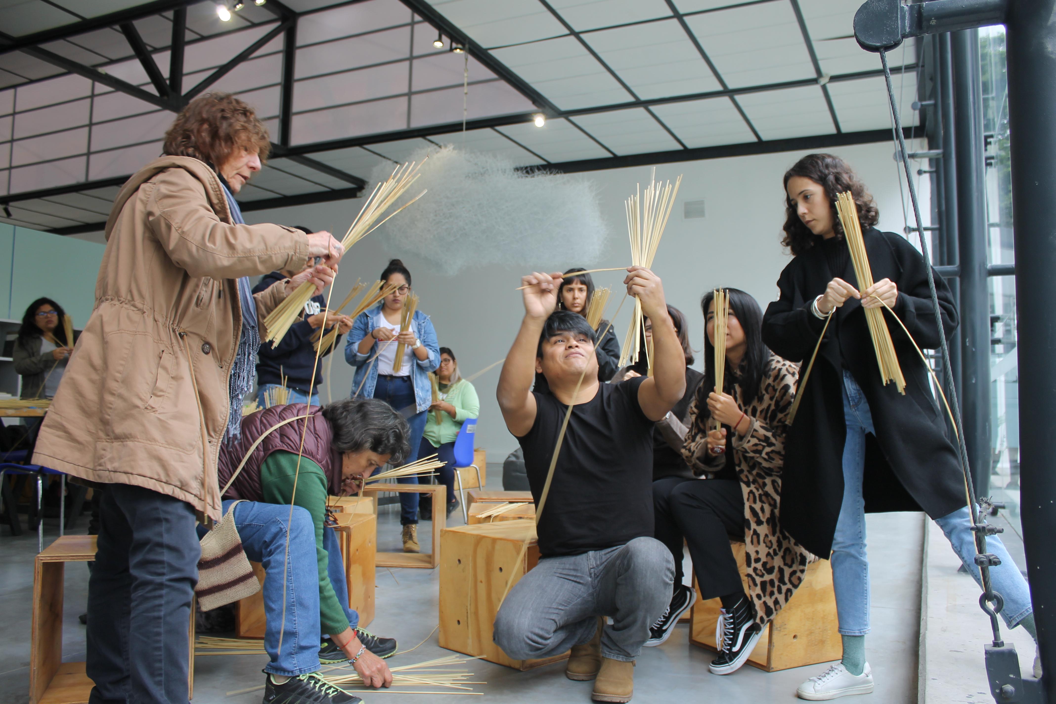 Samuel Goicochea enseña técnicas tradicionales de tejido con fibras naturales. Samuel Goicochea teaches traditional weaving techniques with natural fibers.